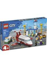 Lego City Aéroport Central 60261Soyez prêt pour un voyage inoubliable aérien grâce au nouveau <b> Lego City Aéroport Central </b>! Il est temps de profiter des heures les plus créatives et les plus amusantes avec les blocs les plus populaires et des super protagonistes. Construisez un avion charter et aidez les différents personnages dans leurs fonctions pour que le vol se déroule bien. Cet article est très facile à assembler et avec un résultat étonnant, tel est ce nouveau kit Lego City. Âge recommandé: + 4 ans. Nombre total de pièces: 286 pièces. Le kit est composé de: 6 mini personnages, 1 avion charter avec de la place pour les figurines, 1 terminal avec l'espace de documentation, 1 camion-citerne de transport de carburant, 1 remorqueur avec chariot à bagages et beaucoup plus d'accessoires. Dimensions approximatives du terminal: 16 cm de haut, 24 cm de large et 9 cm de profondeur. Dimensions approximatives de l'avion charter: 10 cm de haut, 20 cm de large et 21 cm de long. Dimensions approximatives de chaque mini figurine adulte: 4,2 cm de haut et 2,6 cm de large.